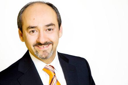 Dr. Parasta, langjährige Erfahrung in der Lidchirurgie. Er ist Leiter im augenzentrum in München.